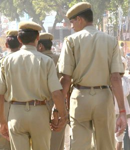 indian-cops-hold-hands.jpg
