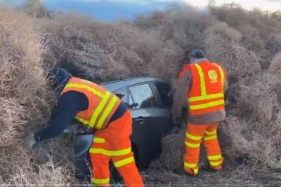 Cars-trapped-in-tumbleweeds-for-hours-on-New-Years-Eve.jpg